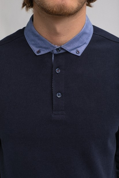 détail pull homme col chemise marine